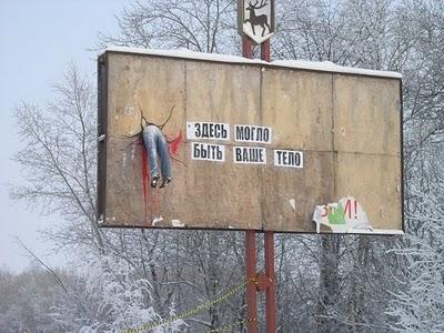 Clovek v Billboarde varuje pred nebezpecenstvom na cestach