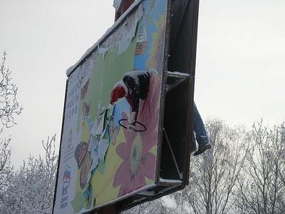 V Rusku prepasírovali človeka cez billboard. Varujú vodičov