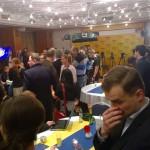 Volebná miestnosť plná novinárov